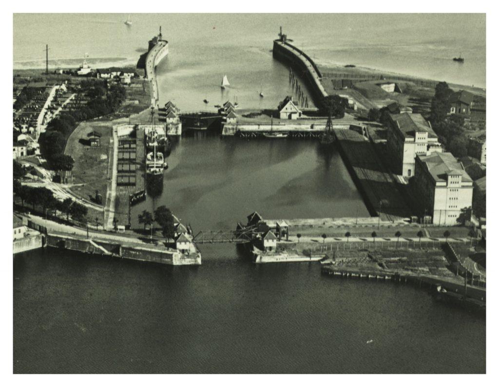 Die ehemalige Zweite Einfahrt in Wilhelmshaven - rechts die Minenlagerhäuser